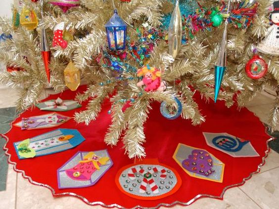 Make a no-sew, retro-style felt Christmas tree skirt