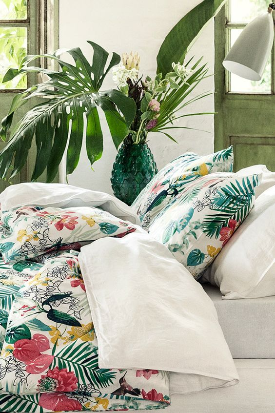 Give your bedroom a summer update with tropical prints that will brighten your space and lift your mood. | H&M Home: