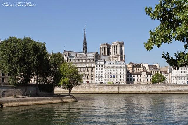 Waiting on Notre Dame de Paris