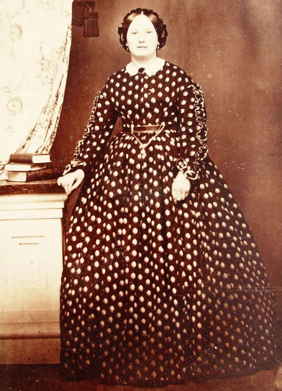 CIVIL WAR ERA CDV PHOTO OF YOUNG WOMAN IN LOVELY CALICO HOOP DRESS POTTSVILLE PA