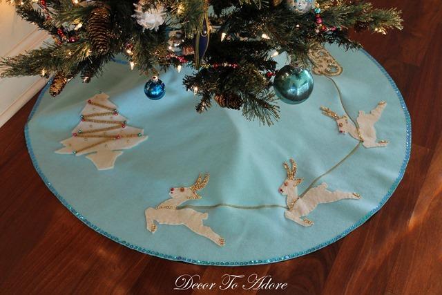 Cozy Christmas 2106 tree skirt